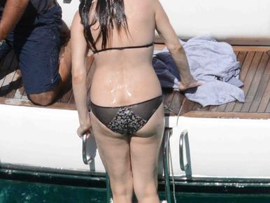 Liv Tyler bikiniben hátulról