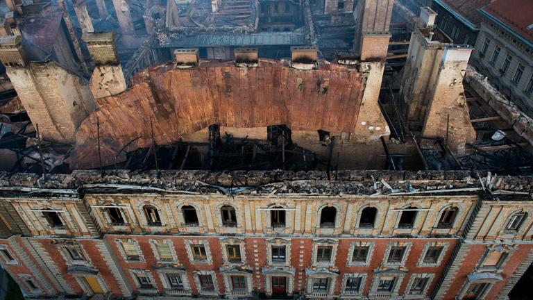 Csak rohad a leégett palota a tűz óta