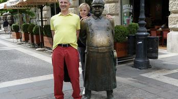 Elárasztották Budapestet a debil szobrok