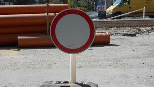 Megállni tilos táblát tettek a parkoló autó elé
