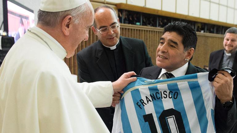 Isten keze a pápa tenyerébe csapott