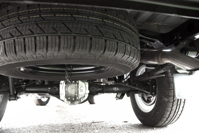 Ilyen egy Nissan Navara hátsó felfüggesztése. Ez nem a sérült példányról készült, de a képen jól látható, mennyire masszív darab a két kerék közt lévő hátsó híd