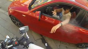 Egy tökös motoros csaj