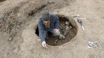 1700 éve hevert az út helyén a gyűrű és az üveggyöngy