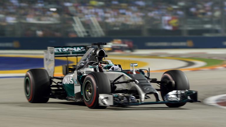 Hamilton első lett és élre állt