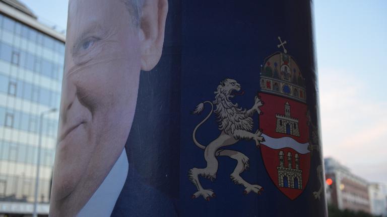 Elkaszálták Tarlóst a címeres plakát miatt