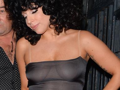 Gaga megint kitette a melleit