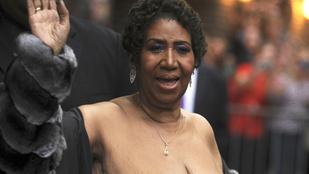 Aretha Franklin borzalmasan előnytelen ruhában jelent meg