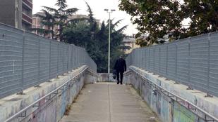 Kotonnal rondítottak oda a szerelmi hídra