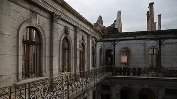 Két hónapja ázik a tető nélküli palota