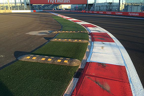 F1: Fekvőrendőröket tettek a szocsi pálya egyik kanyarjába