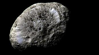 Űrdarázsfészket fényképezett a Cassini