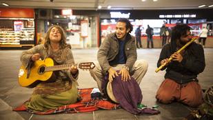 A hajléktalanok is adakoznak a hippi zenészeknek