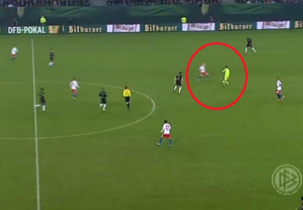 Neuer nem viccel, kiment a középpályára