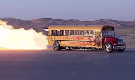 590-nel száguld az iskolabusz