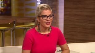 Jól áll Tatár Csillának a pornótitkárnős szemüveg?