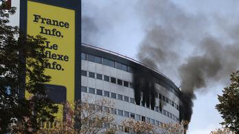 Lángokban áll a francia rádió székháza