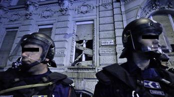 Miért nem védték a rendőrök a Fidesz-székházat?