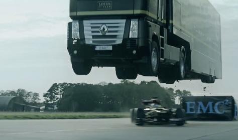 Kamion ugratta át az F1-versenyautót