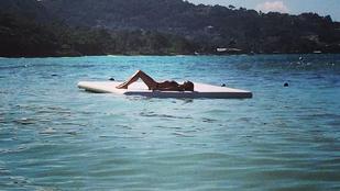 Heidi Klum bikiniben hergeli a fagyoskodókat