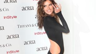 Alessandra Ambrosio hónaljig sliccelt ruhában mutogatja hosszú lábait