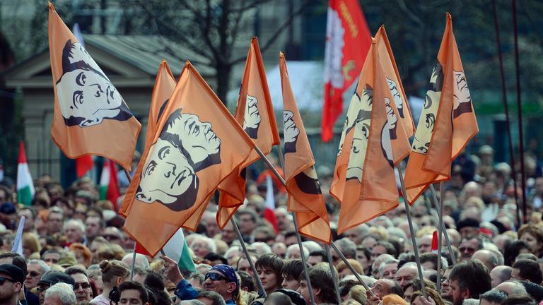 Orbán a civilek összeírásával is a Jobbiktól nyúlna