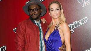 Rita Ora bemutatta Tom Jonesnak a melleit