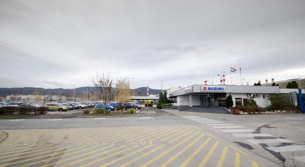 Főbejárat a Suzukiknak fenntartott elülső parkolóval