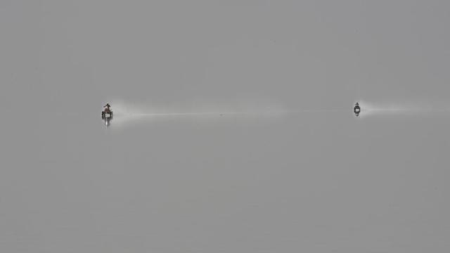 A sós fennsíkon megállt a víz, és tükröződik benne a leszállt köd. A versenyzők mintha a semmiben lebegnének