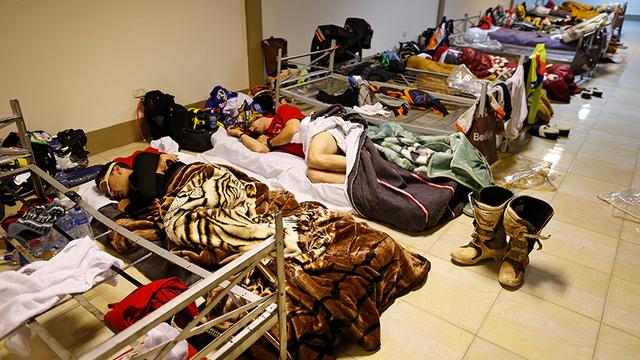 Így aludtak a motorosok a marathoni szakaszon. Inkább menekülttáborra hasonlít, mintsem luxusszállóra