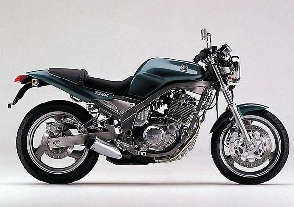 Yamaha SRX400: egy modern cafe racer egyhengeres motorral. A blokk alá húzott kipufogó csodálatos részlet