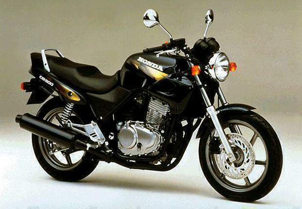 A Honda CB500 az kész válasz, ha valaki olcsó, kéthengeres naked bike-ot keres