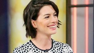 Nézzen ordítva röhögő Anne Hathaway-t, önnek is jobb napja lesz!