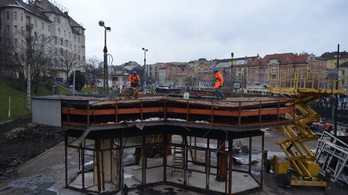 Bontják a Moszkva téri Gombát