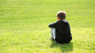 Kicsit autista gyerek normál suliban