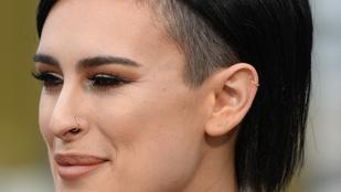 Demi Moore lánya pöttyösben mutogatta hasát