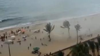 Strandolókra csapott le a vízoszlop