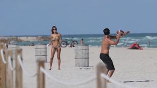 Semmi különös, csak egy brazil modell tangában labdázik a strandon