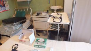 Horrorba illő orvosi szobát rendezett be otthon a férfi Gyöngyösön