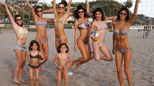 Alessandra Ambrosio barátnőivel szexiskedik a tengerparton