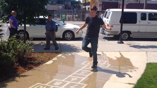 Utcai művészet, amit az eső kelt életre