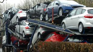 Beszorult az autószállító, összetörtek a Fordok
