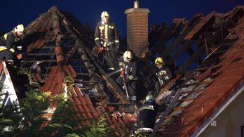 Kigyulladt egy családi ház Pomázon