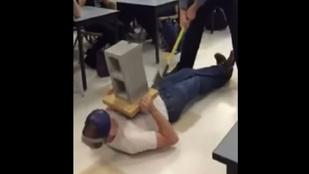 Ez a tanár baltával verte tökön kollégáját