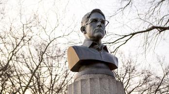 Egy napig sem állt Snowden szobra