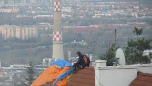 Így landolt a siklóernyős a budapesti háztetőn