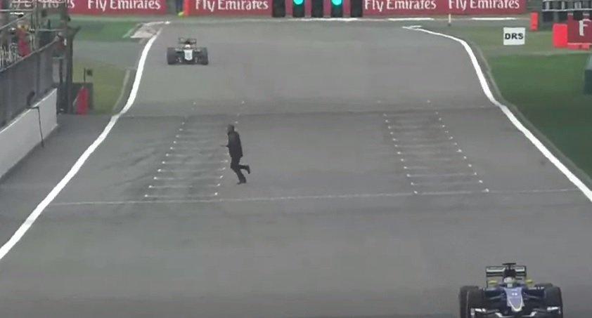 Egy ember futott át a pályán a kínai F1 második edzésén
