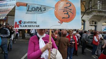 Tüntetnek a Quaestor egyik fiókja előtt