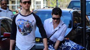 Anne Hathaway szoknyája balesetveszélyesen libbent fel a szélben