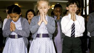 Csak szólunk: egyházi iskolában vallásos gyereket nevelnek